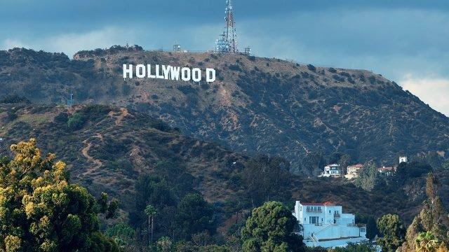 Надпись Голливуд на вершине холма в северо-западном Лос-Анджелесе