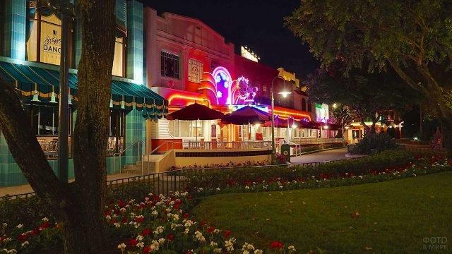 Ночные вывески на пересечении Голливудского бульвара и Вайн-стрит