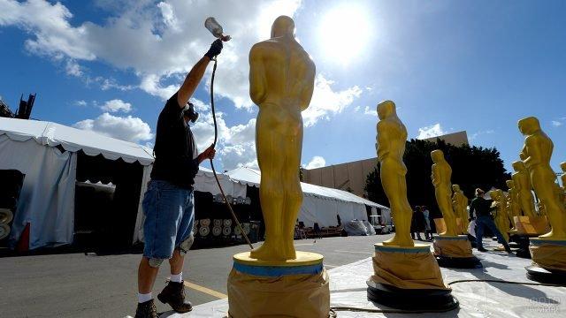 Подготовка аллеи из статуй перед вручением Оскара в Голливуде