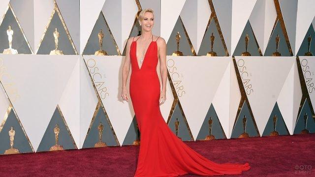 Шарлиз Терон на красной дорожке церемонии Оскар в Голливуде