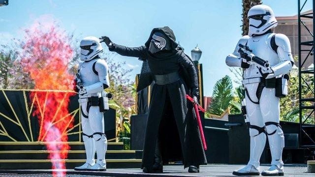 Шоу по мотивам киносаги Звёздные войны на открытой сцене Бульвара Голливуд