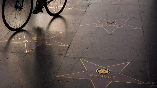 Силуэт велосипеда на плитах Аллеи звёзд и славы в Голливуде