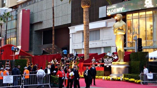 Сотрудники и гости церемонии вручения Оскара на Бульваре Голливуд