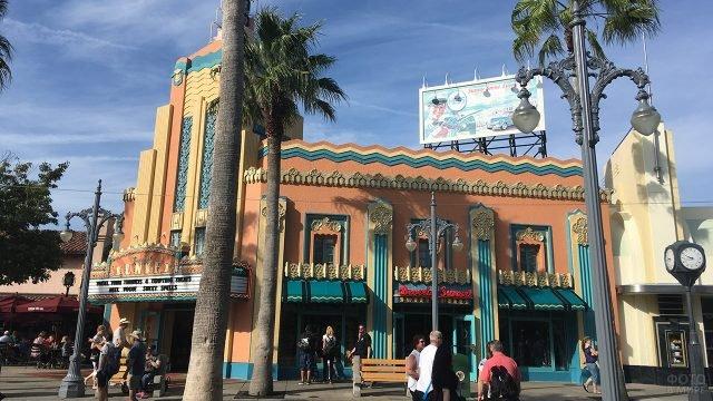 Старинный кинотеатр на Бульваре Сансет в Голливуде