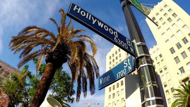 Таблички с адресами на знаменитом перекрёстке Голливуд и Вайн