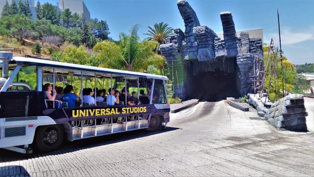 Туристический автобус у аттракциона на киностудии Юнивёрсал
