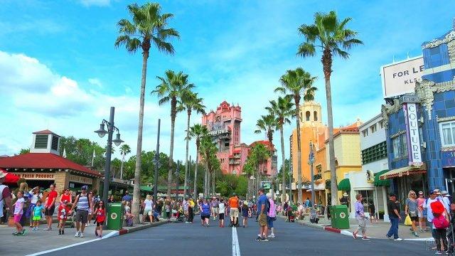 Туристы на пальмовой аллее в парке киностудии Дисней в Голливуде