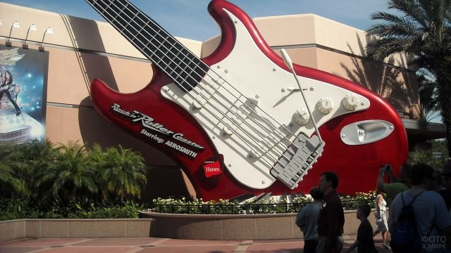 Туристы у гигантской электрогитары в парке Голливудской студии Дисней