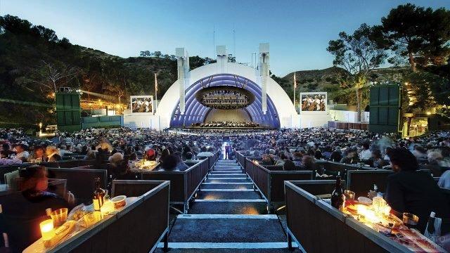 Вид из зрительного зала на сцену Голливудского Шара