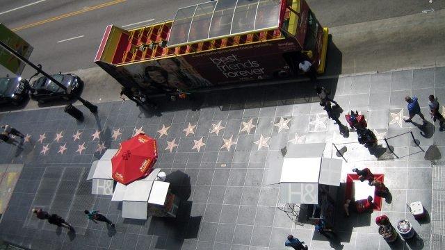Вид сверху на Аллею звёзд и славы в Голливуде в ясный день