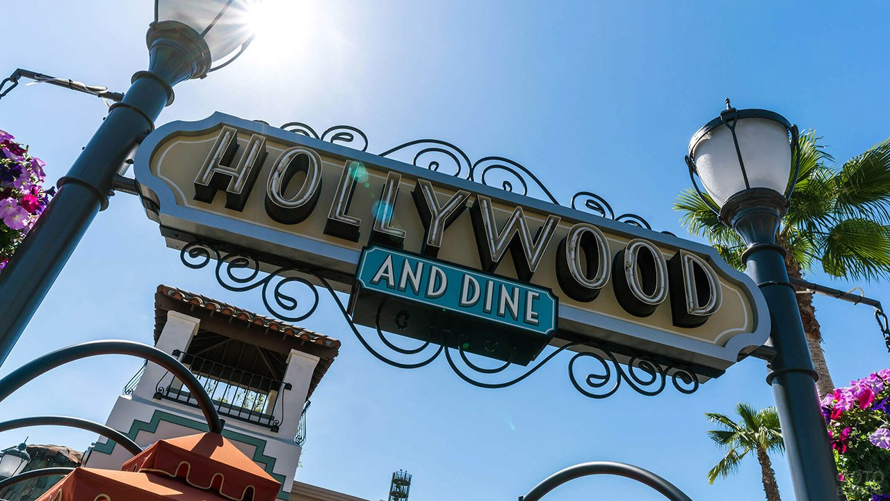Вывеска на кафе у киностудии Юниверсал в Голливуде