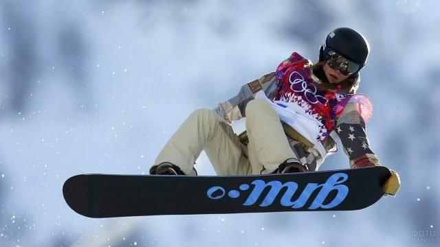 Девушка сноубордист в полёте
