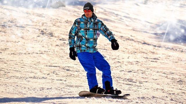 Мужчина катится на сноуборде