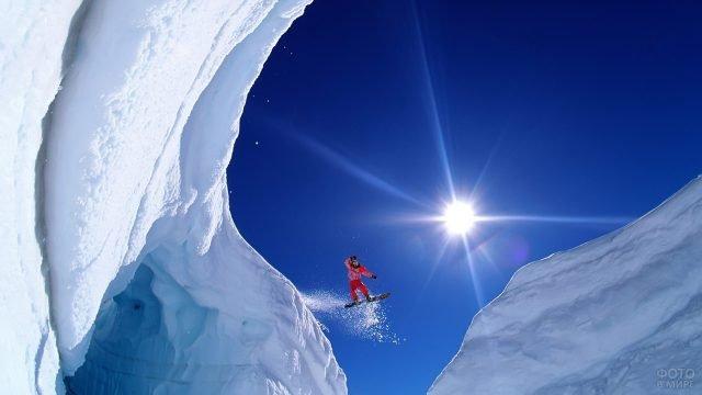 Сноубордист на фоне солнца