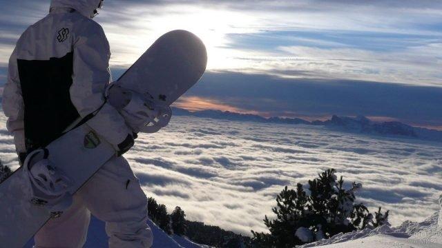 Сноубордист смотрит на облака