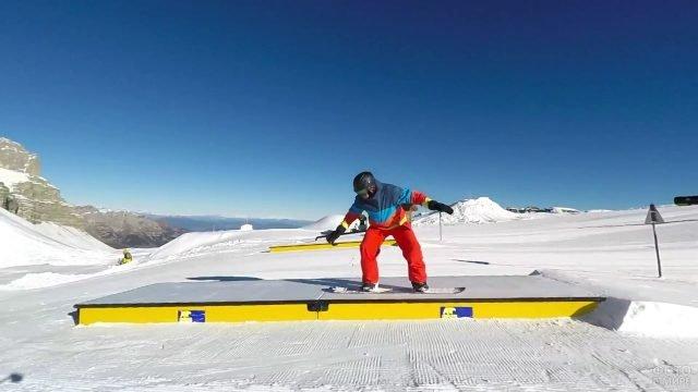 Сноубордист спускается со ступенек