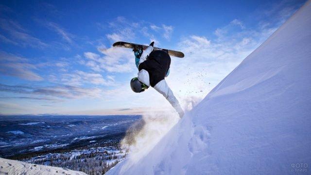 Сноубордист в горах на фоне неба