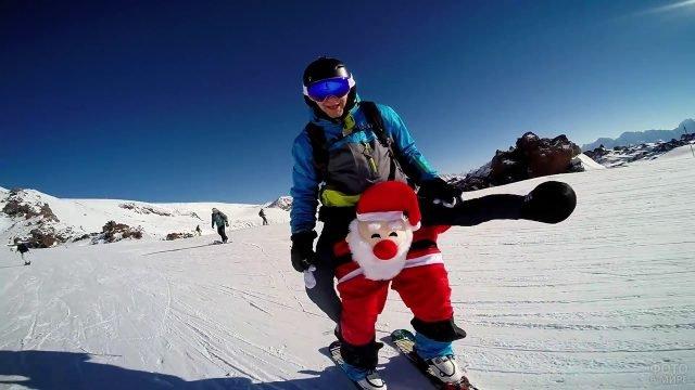 Сноубордист в штанах с санта-клаусом