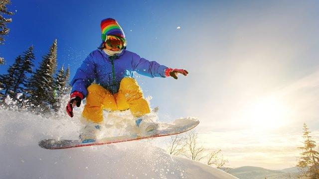 Сноубордистка в радужной шапке