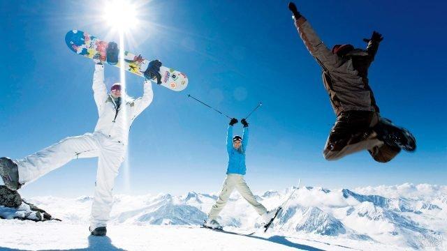 Три сноубордиста веселятся
