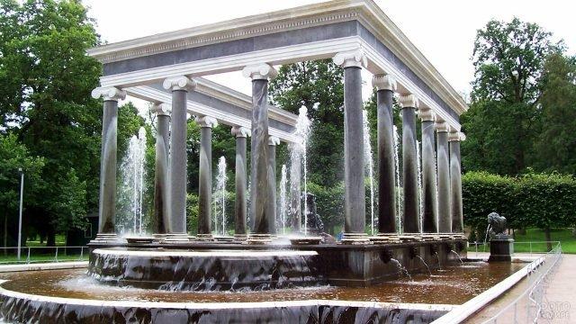 Античные колонны фонтана Львиный каскад в Петергофе