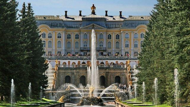 Большой дворец в обрамлении зелени парка и золотых статуй Большого каскада