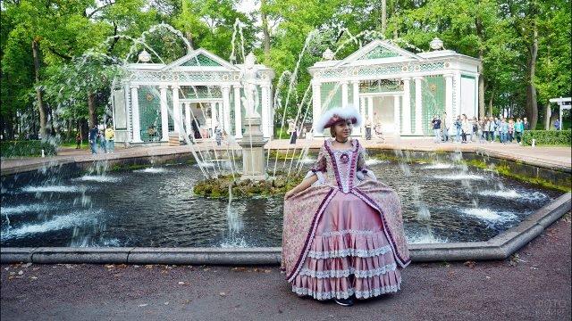 Девочка в историческом наряде напрокат у фонтана Адам в Петергофе