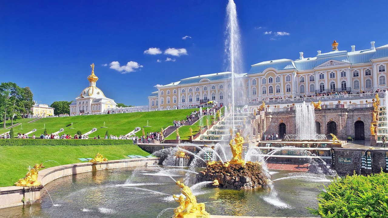 Фонтан Самсон на фоне дворца в Петергофе