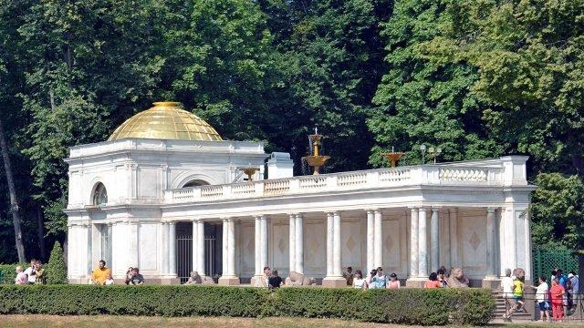 Одна из пары мраморных Воронихинских колоннад в Петергофе
