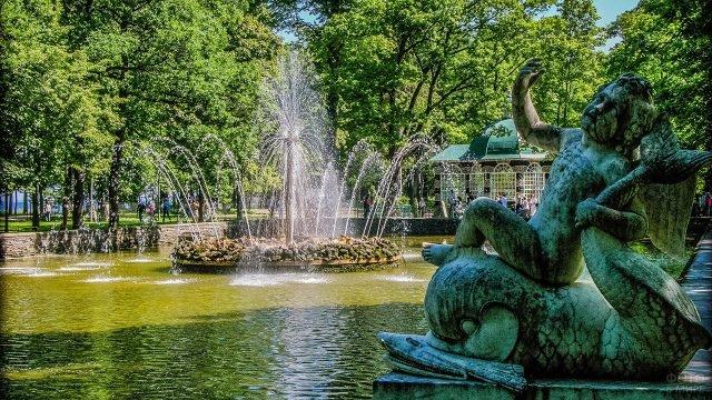 Статуя у фонтана Солнце в Петергофе