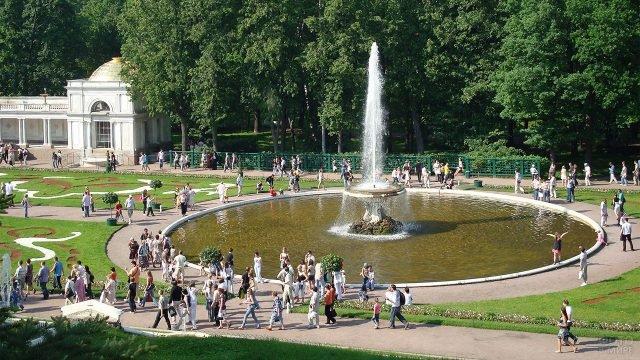 Туристы вокруг Большого Французского фонтана Чаша в Петергофе