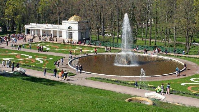 Вид на Воронихинскую колоннаду и фонтан Французская чаша