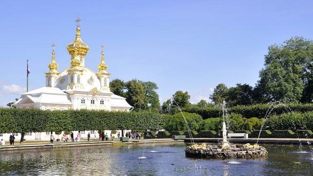 Восточный Квадратный пруд на фоне Дворцовой церкви в Петергофе