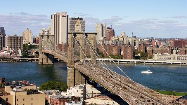Бруклинский мост на фоне панорамы Манхэттена