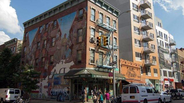 Граффити на стене здания в северной части Манхэттена - Гарлеме