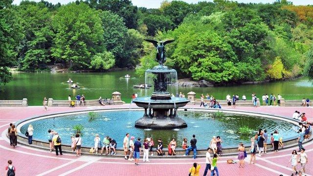 Люди у фонтана в Центральном парке на Манхэттене
