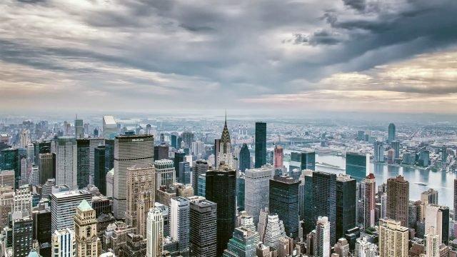Небоскрёбы Манхэттена с высоты птичьего полёта пасмурным вечером