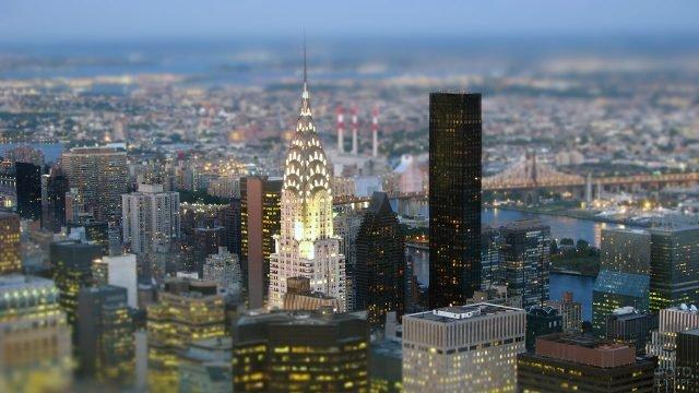 Огни Крайслер билдинг на панораме Манхэттена