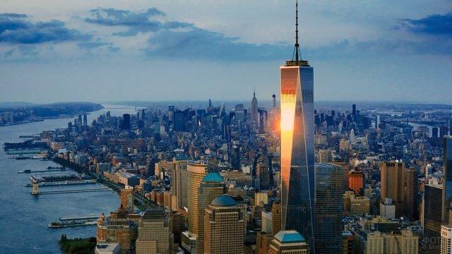 Отражение вечернего солнца в башне Всемирного торгового центра 1 на Манхэттене