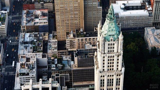 Верхушка небоскрёба Вулворта над крышами Манхэттена с высоты птичьего полёта