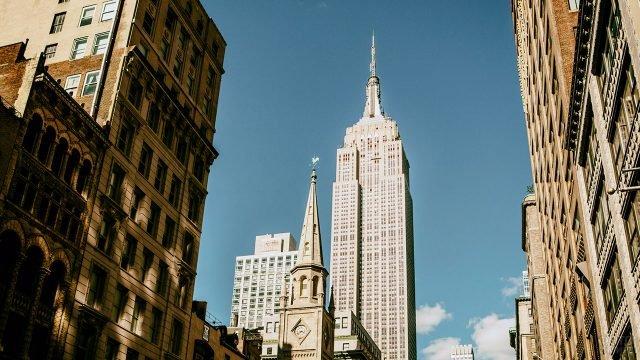 Вид на башню Эмпайр Стейт Билдинг с Манхэттенской улицы