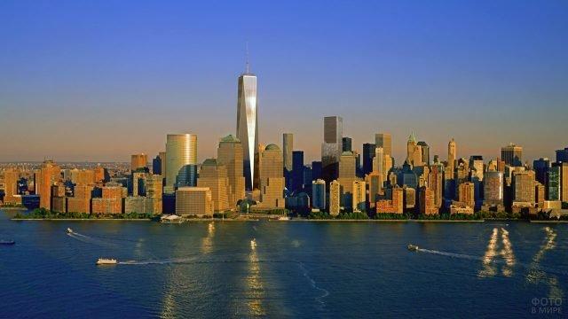 Всемирный торговый центр 1 возвышается над Манхэттеном