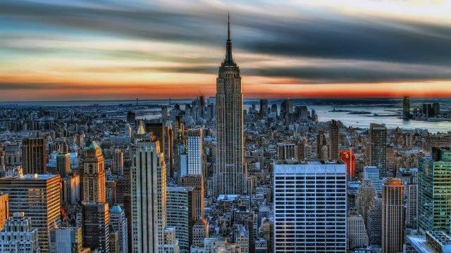 Живописная панорама Манхэттена на закате с возвышающейся башней Эмпайр Стейт Билдинг