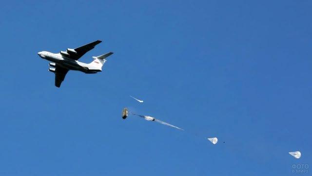 Десантирование с самолёта в ходе учений под Псковом