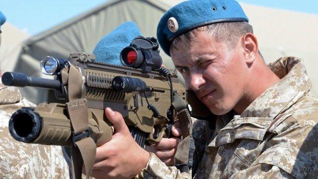 Десантник смотрит в прицел
