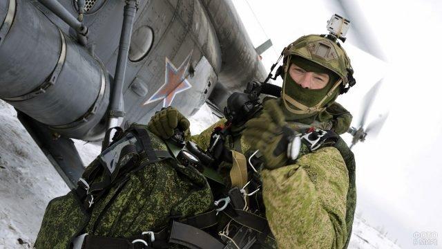 Десантник у вертолёта в ходе учений ВДВ