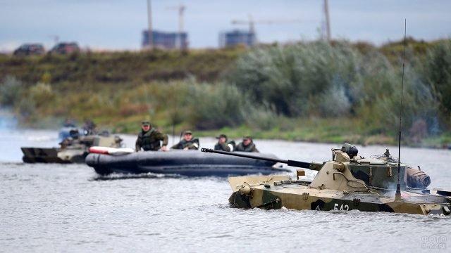 Десантники на лодках и БМД форсируют Оку в ходе учений