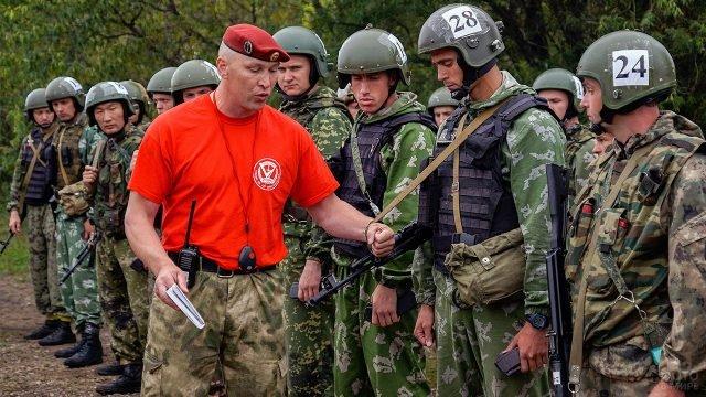 Десантники перед началом испытаний на краповый берет