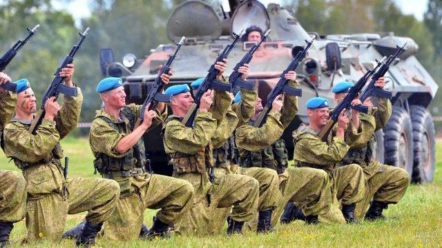 Десантники салютуют в небо в ходе учений спецназа