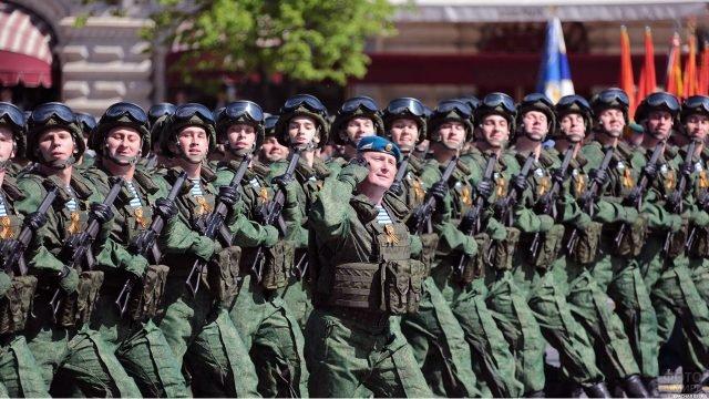 Десантники в новом обмундировании во время Парада Победы